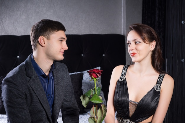 그의 연인에게 발렌타인 데이에 그의 사랑과 헌신을 상징하는 빨간 장미를주는 낭만적 인 젊은 남자