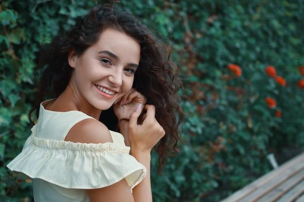 Романтичная молодая женщина с очаровательной улыбкой