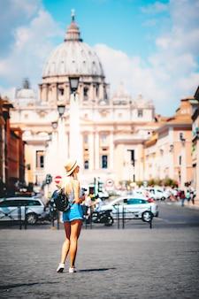 ローマヨーロッパイタリア旅行夏の観光休暇休暇の背景バックパックと若い女の子