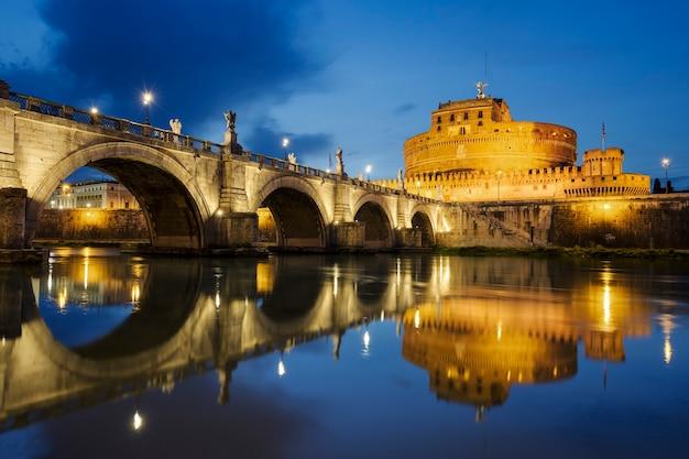 로마. 거룩한 천사의 성 및 로마의 tiber 강 너머 밤까지 거룩한 천사 다리의 이미지.