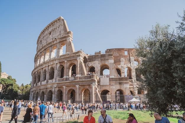 로마, 이탈리아-27.10.2019 : 이탈리아 로마의 로마 콜로세움 전망. 콜로세움은 고대 로마 시대에 도심에 지어졌습니다. 여행.