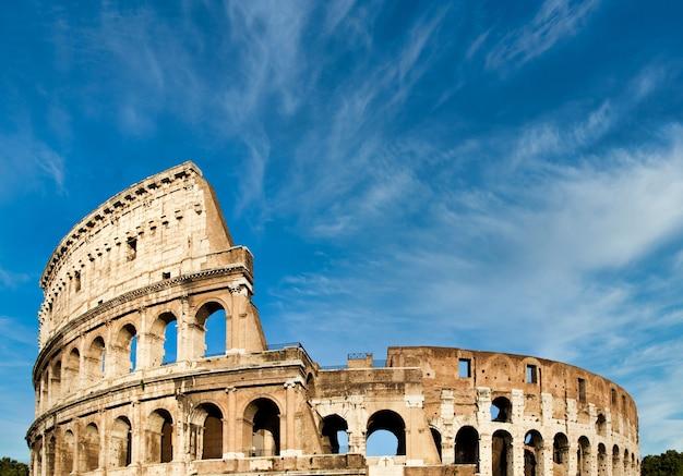 Рим, италия. archictecture арок экстерьера колизея (colosseo) с фоном голубого неба и облаками.