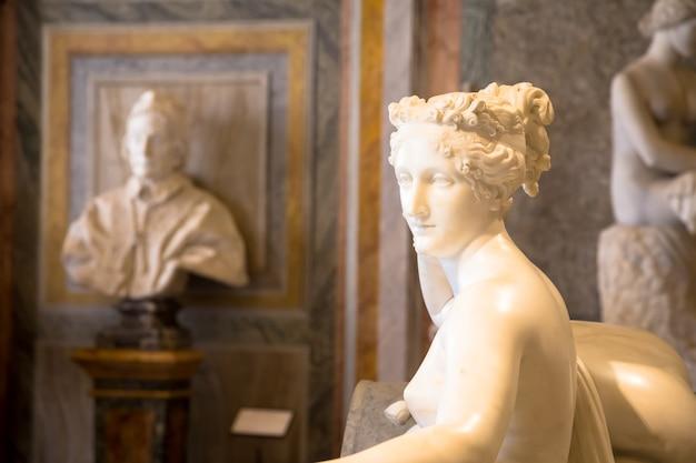 로마, 이탈리아 - 2018년 8월 24일: 보르게세 빌라에 위치한 그의 걸작인 폴린 보나파르트의 안토니오 카노바 동상의 세부 사항