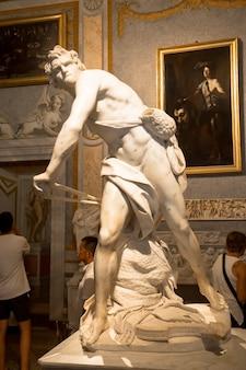 Рим, италия - 24 августа 2018: шедевр джан лоренцо бернини, давид, датированный 1624 годом