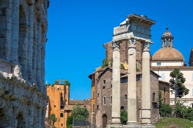 로마, 이탈리아 - 2020년 8월경: 콜로세움과 매우 가까운 teatro macello(theatre of marcellus)의 고대 외관.