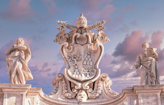 Рим, италия - около августа 2020 года: античный символ ватикана расположен на площади святого петра