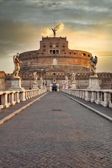 Рим, италия - около августа 2020 года: замок святого ангела (замок святого ангела) в риме (рим), италия. исторический памятник с никем на восходе солнца.