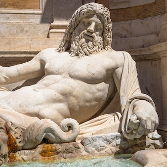 Рим, италия - около августа 2020 года: знаменитая греческая скульптура бога океана по имени марфорио. классическая мифология в искусстве.