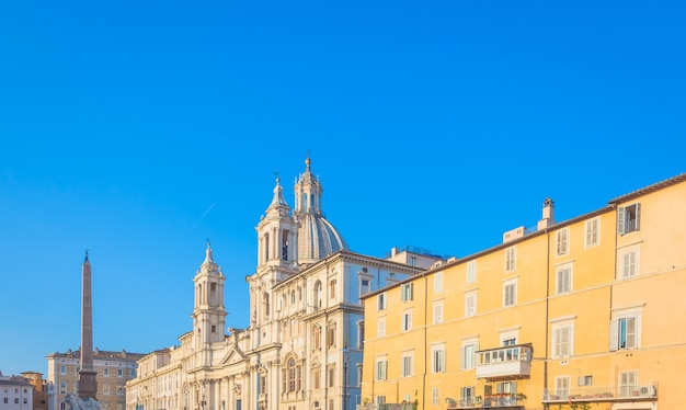 로마, 이탈리아 - 년경 2020년 8월: 나보나 광장(나보나 광장) 건물의 일출 빛