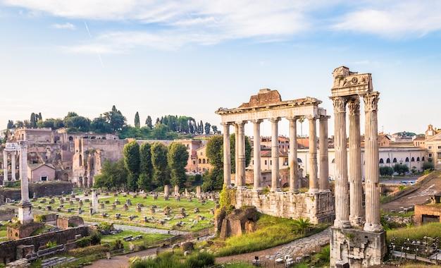 로마, 이탈리아 - 2020년 8월경: 로마 고대 건축물에 푸른 하늘이 있는 일출 빛.