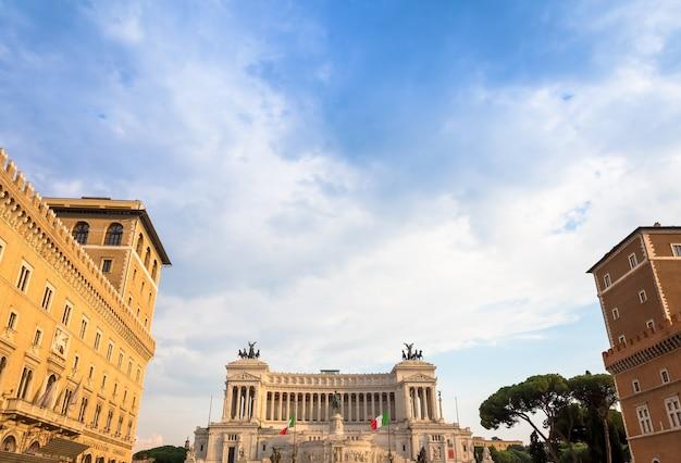 Рим, италия - около августа 2020 года: памятник витториано расположен на площади пьяцца венеция (венецианская площадь)