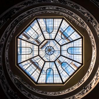 Рим, италия - около сентября 2020 года: знаменитая винтовая лестница с двойной спиралью, созданная джузеппе момо в 1932 году. музей ватикана.