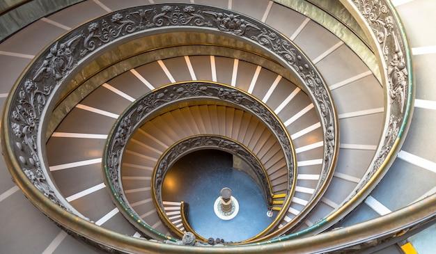 로마, 이탈리아 - 2020년 9월경: 이중 나선이 있는 유명한 나선형 계단. 1932년 주세페 모모가 만든 바티칸 박물관