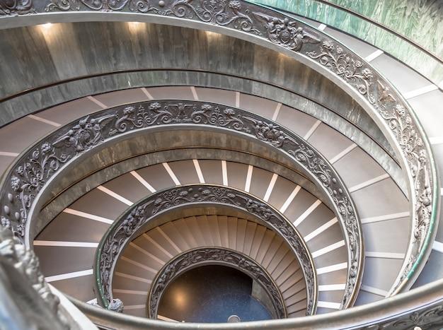Рим, италия - около сентября 2020 года: знаменитая винтовая лестница с двойной спиралью. музей ватикана, сделанный джузеппе момо в 1932 году.