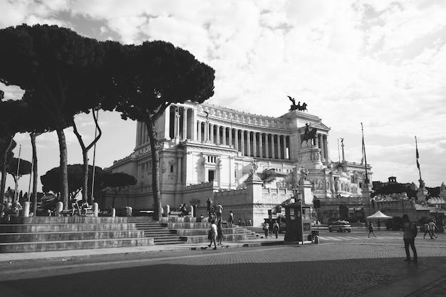 Рим, италия - 19 июня 2018: панорамный вид спереди музея памятник витторио эмануэле ii, также известный как витториано или altare della patria на площади пьяцца венеция в риме. летний день и голубое небо