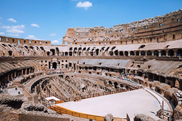 이탈리아 로마 - 2018년 6월 20일: 로마의 콜로세움 내부 전경. 푸르고 맑은 하늘이 있는 여름날
