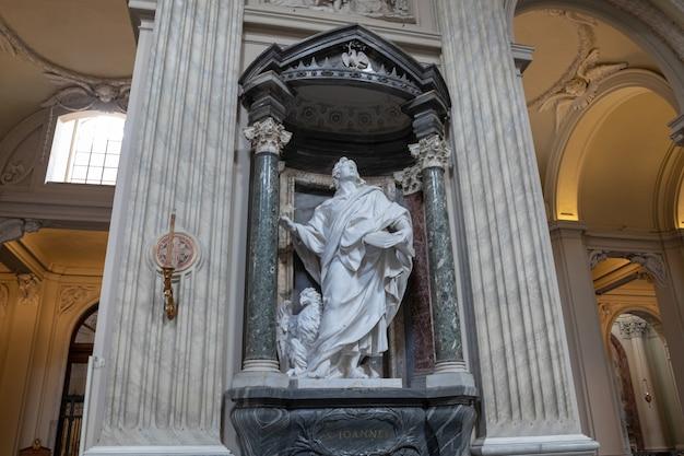 이탈리아 로마 - 2018년 6월 20일: 성 요한의 교황 대성전으로도 알려진 라테라노 대성당 내부의 탁 트인 전망. 그것은 로마의 대성당 교회이며 로마 교황의 자리 역할을합니다.