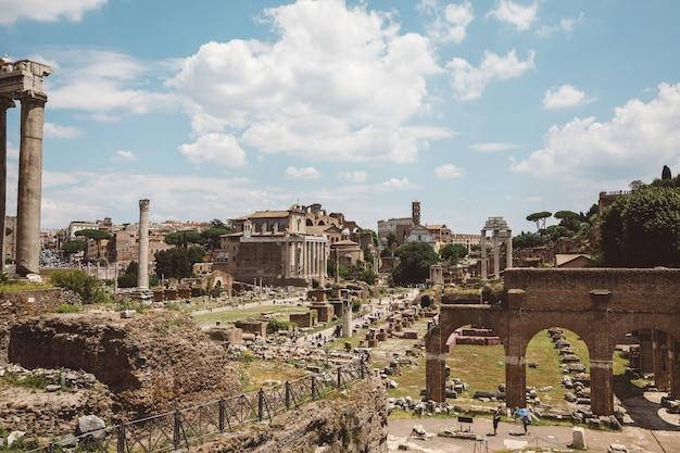 Рим, италия - 20 июня 2018: панорамный вид на римский форум, также известный как forum romanum или foro romano. это форум, окруженный руинами древних правительственных зданий в центре рима.