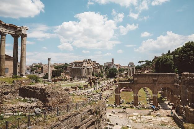 이탈리아 로마 - 2018년 6월 20일: forum romanum 또는 foro romano로도 알려진 로마 포럼의 전경. 로마 시내 중심에 있는 고대 정부 청사 유적에 둘러싸인 포럼입니다.