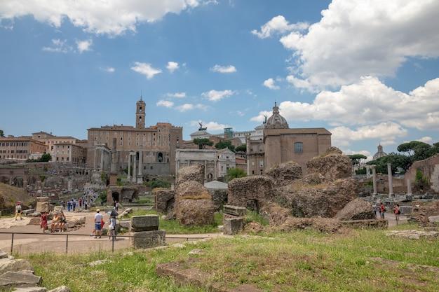 イタリア、ローマ-2018年6月20日:フォロロマーノまたはフォロロマーノとしても知られるフォロロマーノのパノラマビュー。ローマ市の中心部にある古代政府の建物の廃墟に囲まれたフォーラムです。