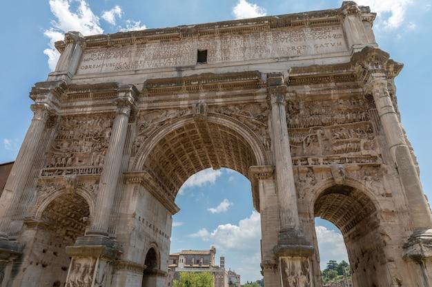 이탈리아 로마 - 2018년 6월 20일: 로마 포럼 북서쪽 끝에 있는 셉티미우스 세베루스 아치(arco di settimio severo)는 흰색 대리석 개선문입니다.