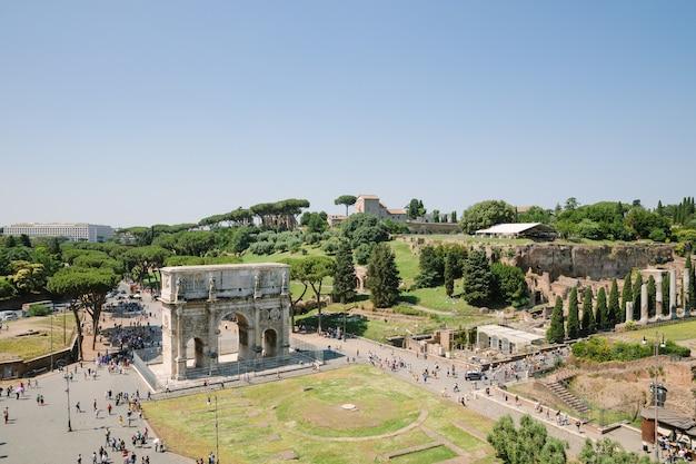 로마, 이탈리아 - 2018년 6월 20일: 콜로세움과 팔라티노 언덕 사이에 위치한 로마의 콘스탄틴 개선문