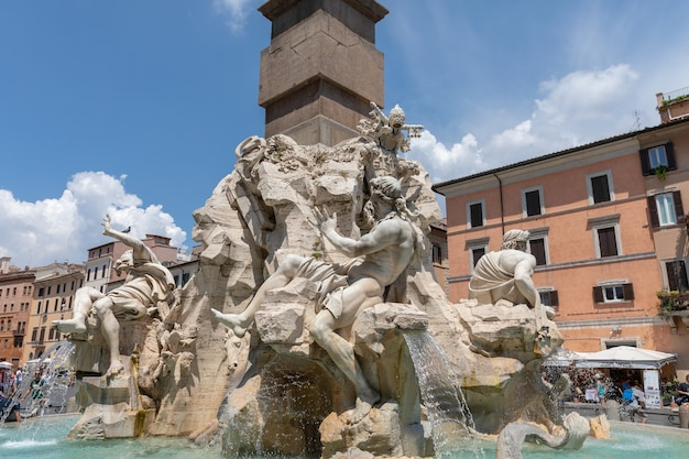 Рим, италия - 21 июня 2018: крупным планом вид fontana dei quattro fiumi (фонтан четырех рек) - фонтан на площади пьяцца навона в риме. он был спроектирован в 1651 году джаном лоренцо бернини.