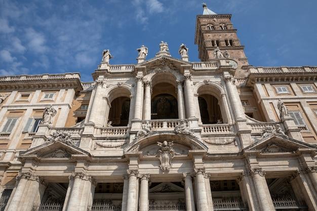 이탈리아 로마 - 2018년 6월 21일: 산타 마리아 마조레 대성당 또는 산타 마리아 마조레 교회 외부의 탁 트인 전망. 그것은 교황의 주요 대성당이자 로마에서 가장 큰 가톨릭 마리아 교회입니다.