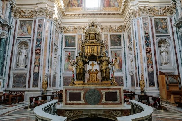 이탈리아 로마 - 2018년 6월 21일: 산타 마리아 마조레 대성당 또는 산타 마리아 마조레 교회 내부의 탁 트인 전망. 그것은 교황의 주요 대성당이자 로마에서 가장 큰 가톨릭 마리아 교회입니다.