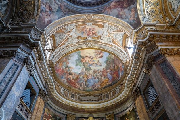 이탈리아 로마 - 2018년 6월 21일: sant'andrea delle fratte 내부의 탁 트인 전망. 이탈리아 로마에 있는 17세기 바실리카 교회로 성 안드레아에게 헌정되었습니다.