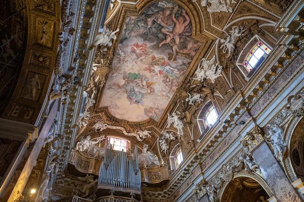 이탈리아 로마 - 2018년 6월 21일: 산타 마리아 델라 비토리아(santa maria della vittoria) 내부의 탁 트인 전망. 로마에 위치한 성모 마리아에게 헌정된 가톨릭 명목 교회입니다.