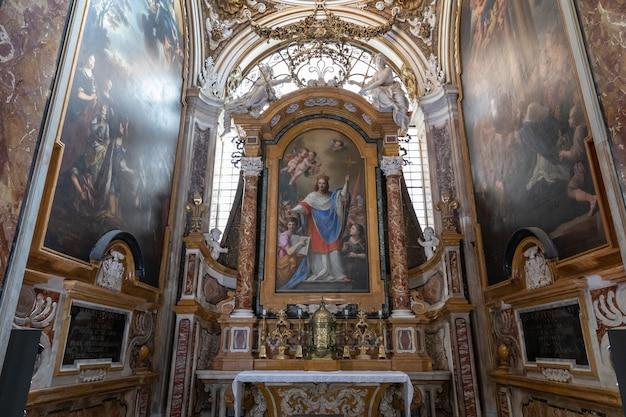 이탈리아 로마 - 2018년 6월 21일: 프랑스 세인트루이스 교회 내부의 탁 트인 전망. 나보나 광장에서 멀지 않은 로마에 있는 로마 가톨릭 교회입니다.
