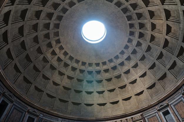 Рим, италия - 21 июня 2018: панорамный вид на интерьер пантеона, также известного как храм всех богов. это бывший римский храм, ныне церковь в риме.