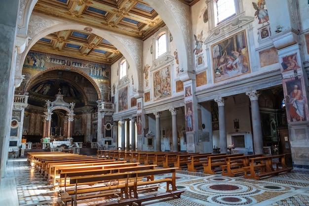 이탈리아 로마 - 2018년 6월 21일: 성 프락세데스 대성당 또는 산타 프라세데 내부의 탁 트인 전망. 그것은 로마의 고대 명목 교회와 작은 대성당입니다