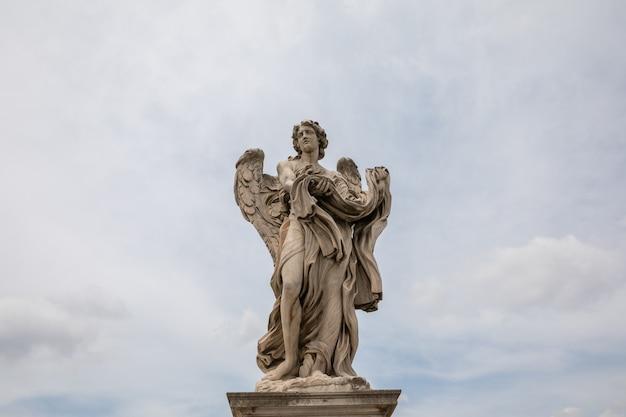 Рим, италия - 22 июня 2018: художественная мраморная скульптура в замке сант-анджело (мавзолей адриана)