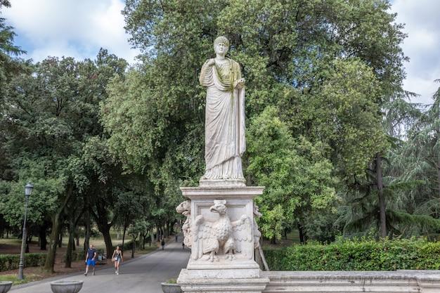 Рим, италия - 22 июня 2018: художественная скульптура в зеленом саду виллы боргезе. летний день