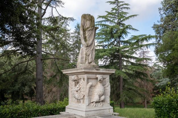 로마, 이탈리아 - 2018년 6월 22일: 빌라 보르게세(villa borghese)의 녹색 정원에 있는 예술 조각. 여름날