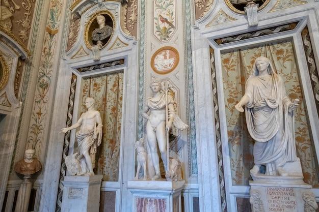 로마, 이탈리아 - 2018년 6월 22일: villa borghese의 galleria borghese에서 이탈리아 예술가의 바로크 대리석 조각 그룹