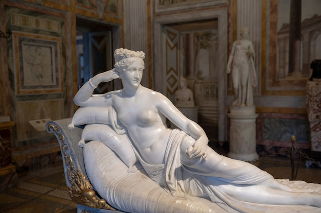 로마, 이탈리아 - 2018년 6월 22일: villa borghese의 galleria borghese에서 antonio canova의 바로크 대리석 조각 pauline bonaparte