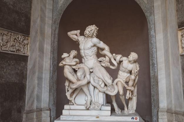 Рим, италия - 22 июня 2018: мраморные скульптуры в стиле барокко в музее ватикана
