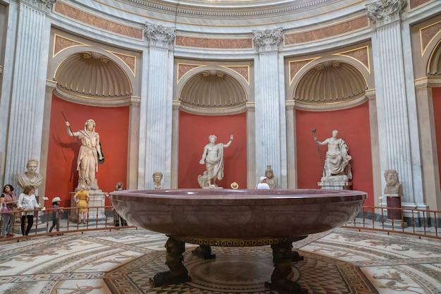 로마, 이탈리아 - 2018년 6월 22일: 바티칸 박물관 갤러리의 내부 및 건축 세부 사항의 전경