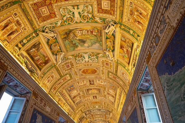 Рим, италия - 22 июня 2018: панорамный вид на интерьер и архитектурные детали галереи музея ватикана