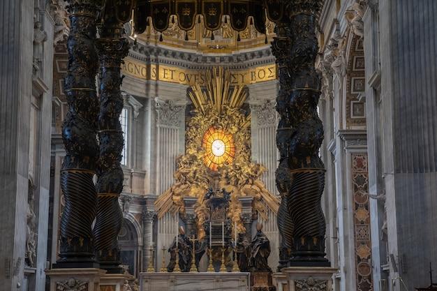 로마, 이탈리아 - 2018년 6월 22일: 성 베드로 대성당(성 베드로 대성당) 내부의 탁 트인 전망. 바티칸 시국에 있는 이탈리아 르네상스 교회, 로마 시 내의 교황 영토