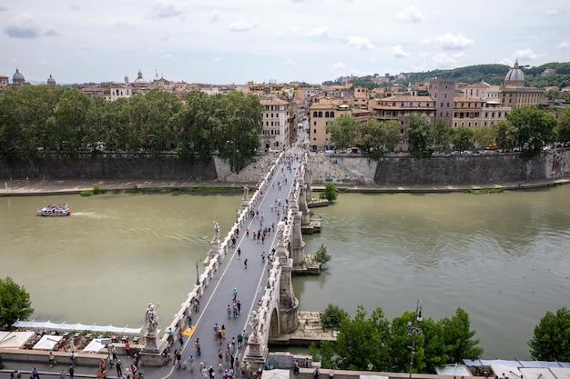 이탈리아 로마 - 2018년 6월 22일: 로마의 산탄젤로 성(castel sant'angelo) 다리와 테베레 강(river tiber)의 탁 트인 전망. 여름날