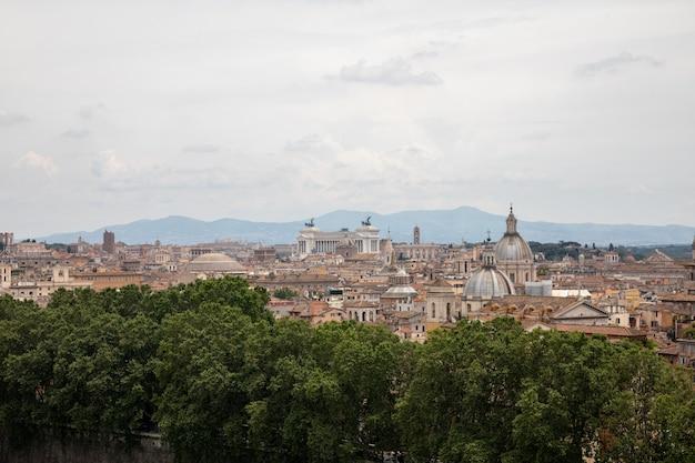 로마, 이탈리아 - 2018년 6월 22일: 로마의 도시와 로마의 테베레 강의 탁 트인 전망. 여름날