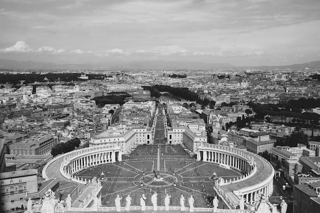 イタリア、ローマ-2018年6月22日:サンピエトロ大聖堂(サンピエトロ大聖堂)からのサンピエトロ広場とローマの街のパノラマビュー。夏の日と人々は広場を歩く