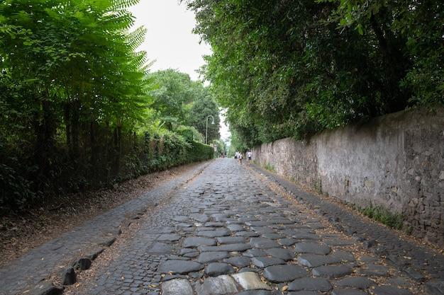 Рим, италия - 23 июня 2018: панорамный вид на аппиеву дорогу (виа аппиа) - одна из самых ранних и стратегически наиболее важных римских дорог древней республики