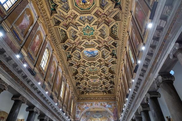 이탈리아 로마 - 2018년 6월 23일: 트라스테베레에 있는 산타 마리아 대성당 내부의 탁 트인 전망(트라스테베레의 성모)은 로마의 트라스테베레 지구에 있는 작은 대성당입니다.