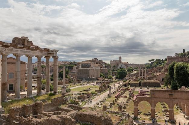 이탈리아 로마 - 2018년 6월 23일: forum romanum 또는 foro romano로도 알려진 로마 포럼의 전경. 로마 시내 중심에 있는 고대 정부 청사 유적에 둘러싸인 포럼입니다.
