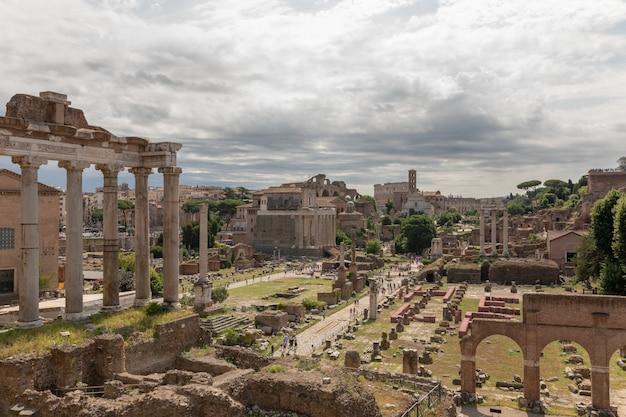 イタリア、ローマ-2018年6月23日:フォロロマーノまたはフォロロマーノとしても知られるフォロロマーノのパノラマビュー。ローマ市の中心部にある古代政府の建物の廃墟に囲まれたフォーラムです。